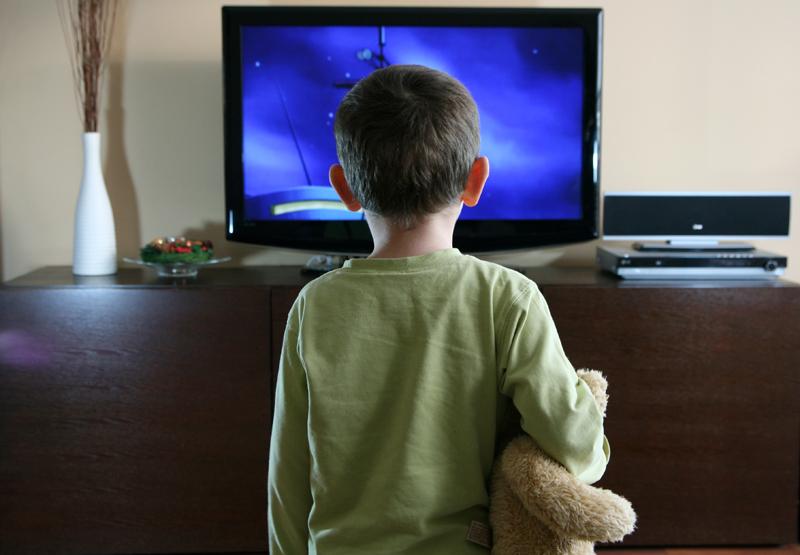 Copii la televizor
