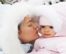 Un bebe si un carucior in plina iarna